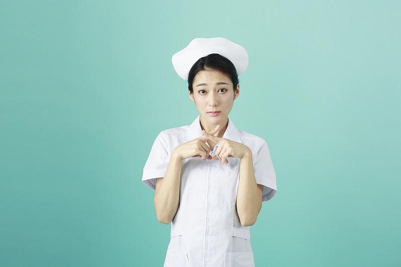 バツをつくる看護師さん