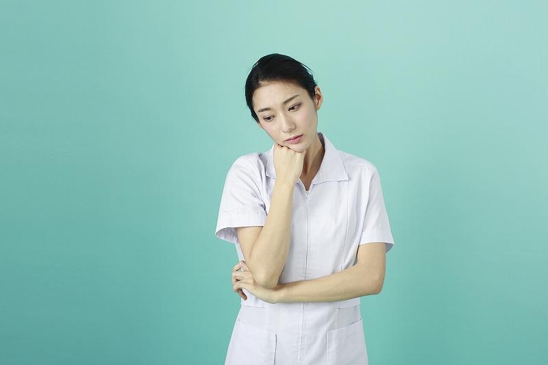 悩む看護師さん