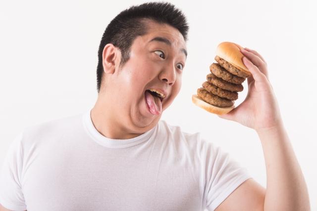 ハンバーガーを食べる男